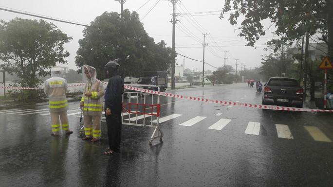 Quốc lộ, đường sắt qua Đà Nẵng bị tê liệt do ngập nặng - Ảnh 6.