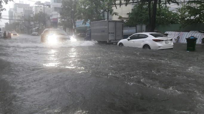 Đường phố Đà Nẵng biến thành sông sau trận mưa lớn kéo dài nhiều giờ - Ảnh 23.