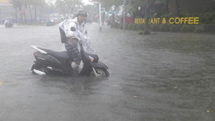 Đường phố Đà Nẵng biến thành sông sau trận mưa lớn kéo dài nhiều giờ - Ảnh 24.