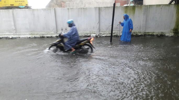 Đường phố Đà Nẵng biến thành sông sau trận mưa lớn kéo dài nhiều giờ - Ảnh 25.