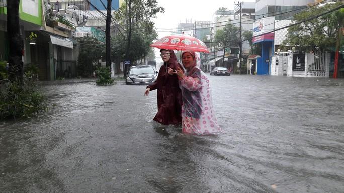 Đường phố Đà Nẵng biến thành sông sau trận mưa lớn kéo dài nhiều giờ - Ảnh 27.