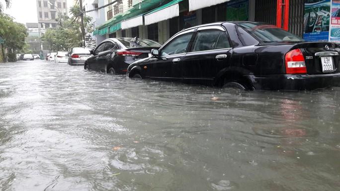Đường phố Đà Nẵng biến thành sông sau trận mưa lớn kéo dài nhiều giờ - Ảnh 28.