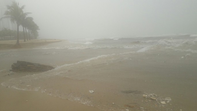Bờ biển Đà Nẵng sạt lở kinh hoàng - Ảnh 9.