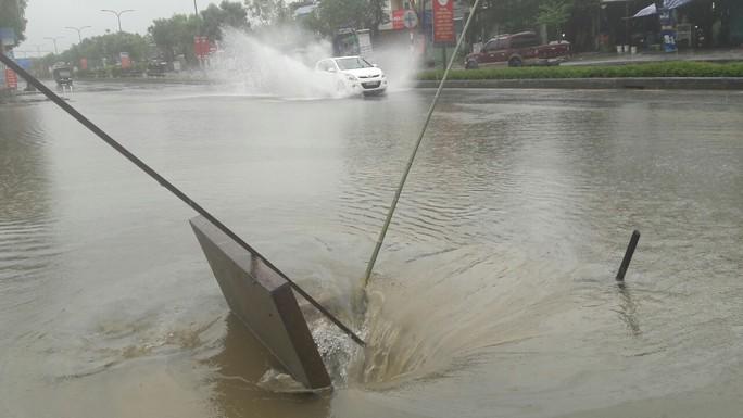 Quốc lộ, đường sắt qua Đà Nẵng bị tê liệt do ngập nặng - Ảnh 5.