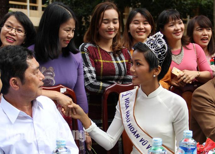 Thầy giáo tặng Hoa hậu H'Hen Niê chiếc xe máy cày tự chế - Ảnh 1.