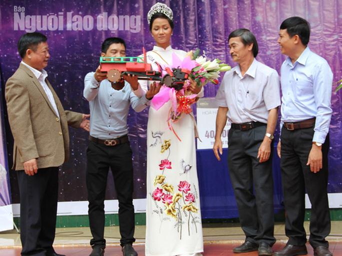 Thầy giáo tặng Hoa hậu H'Hen Niê chiếc xe máy cày tự chế - Ảnh 2.