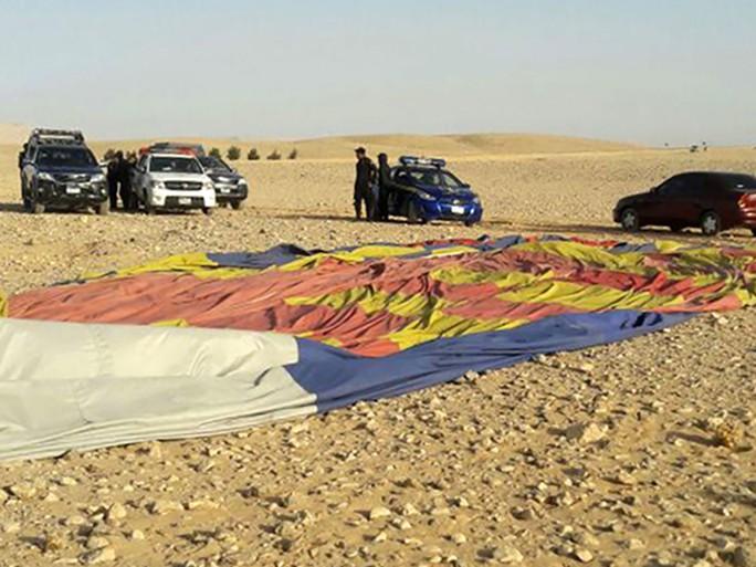 Khinh khí cầu đang bay rơi xuống đất, 13 người thương vong - Ảnh 1.