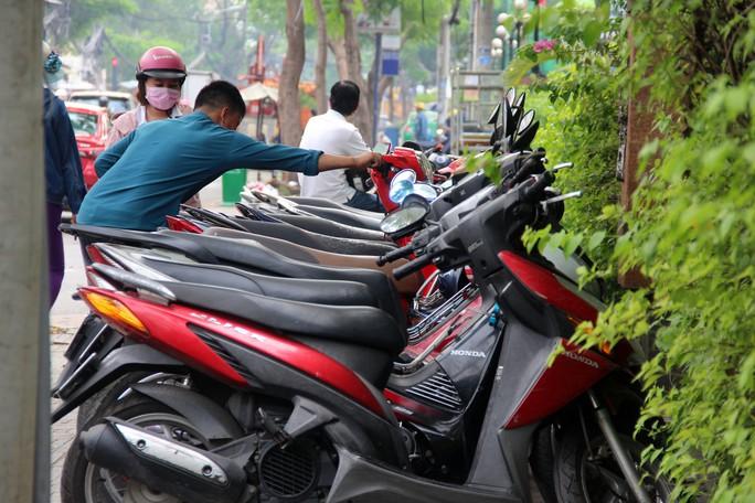 TP HCM: Nhiều bãi giữ xe vẫn trơ gan trên vỉa hè - Ảnh 3.