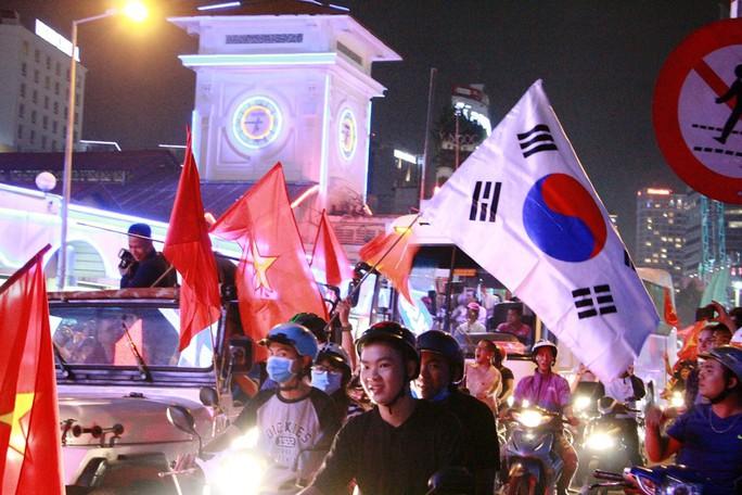 Cả Sài Gòn rực đỏ mừng U23 Việt Nam và HLV Park Hang Seo - Ảnh 8.