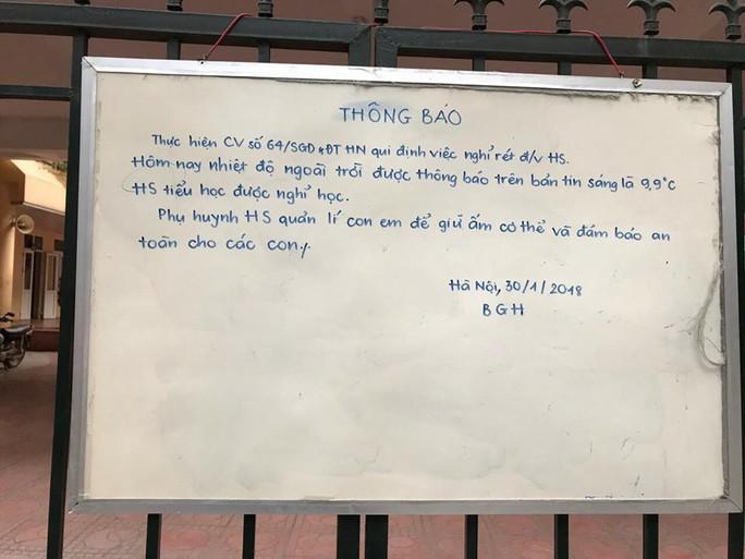 Người Hà Nội đảo lộn cuộc sống vì rét đậm kéo dài - Ảnh 3.