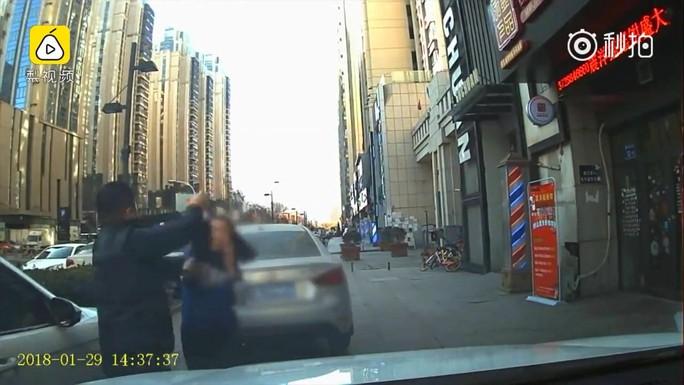 Ăn đấm vì lái xe trên vỉa hè còn bóp còi đòi nhường đường - Ảnh 2.