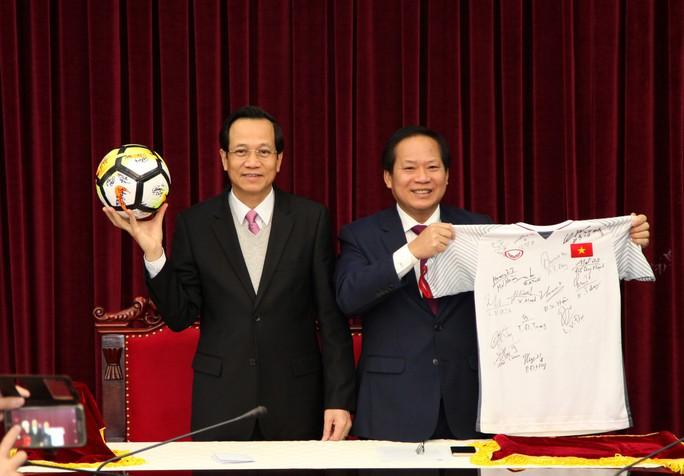 Bán đấu giá áo, bóng U23 Việt Nam tặng Thủ tướng - Ảnh 1.