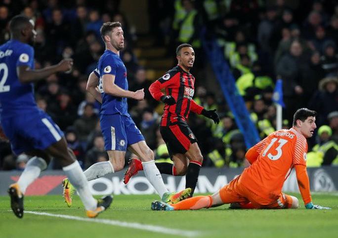 Hàng thủ Man United phá hỏng ngày ra mắt Sanchez - Ảnh 6.