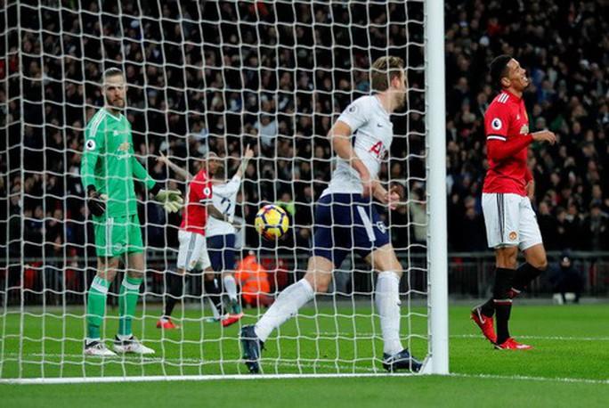 Hàng thủ Man United phá hỏng ngày ra mắt Sanchez - Ảnh 4.