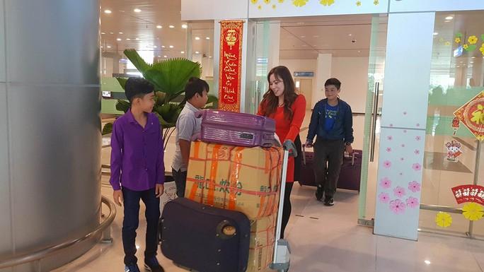 Gia đình xúc động đón cô dâu Việt từ Đài Loan về quê ăn Tết - Ảnh 11.
