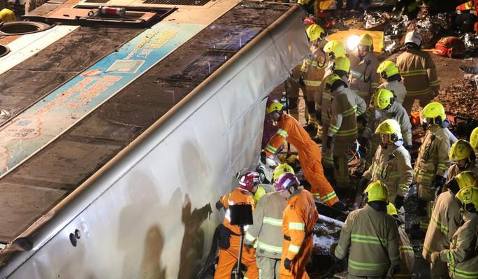 Xe buýt 2 tầng bị lật, 19 người thiệt mạng - Ảnh 2.