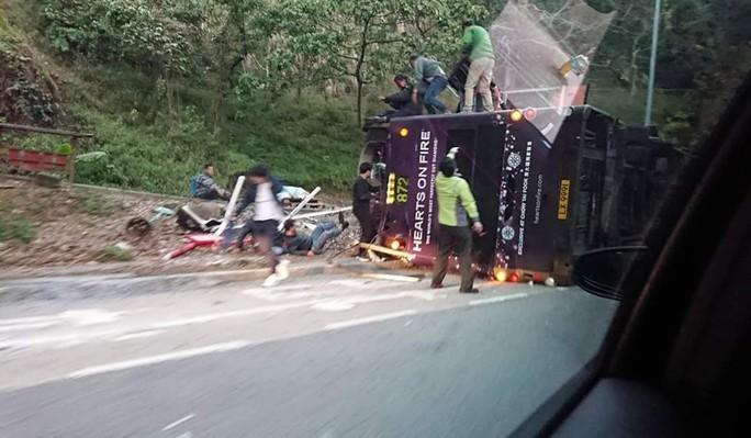 Xe buýt 2 tầng bị lật, 19 người thiệt mạng - Ảnh 4.