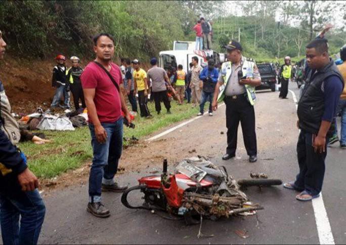 Indonesia: Xe buýt tông xe máy, ít nhất 27 người chết - Ảnh 1.