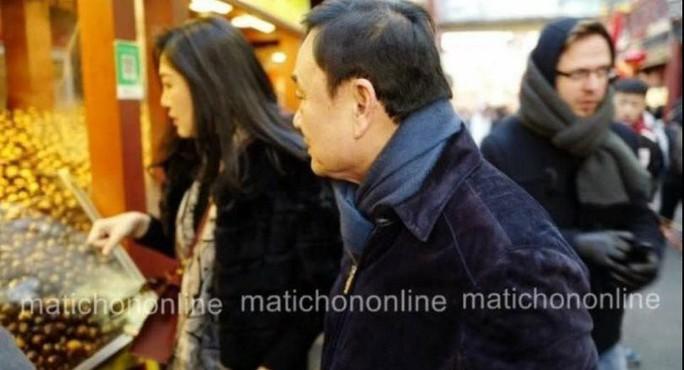 Rộ ảnh bà Yingluck cùng người anh mua sắm tại Trung Quốc - Ảnh 2.