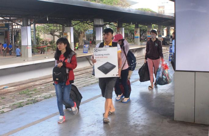 Nhiều tàu trễ giờ, hàng ngàn khách vạ vật ở Ga Sài Gòn - Ảnh 3.