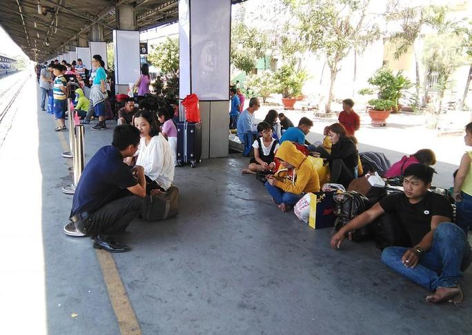 Nhiều tàu trễ giờ, hàng ngàn khách vạ vật ở Ga Sài Gòn - Ảnh 1.