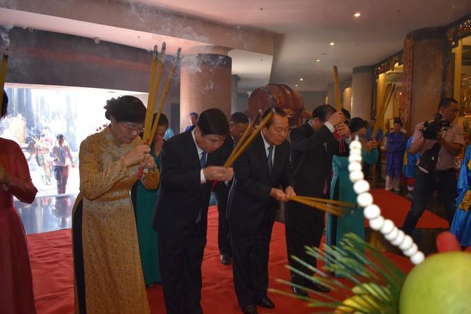 Lãnh đạo TP HCM dâng hương Chủ tịch Hồ Chí Minh - Ảnh 5.
