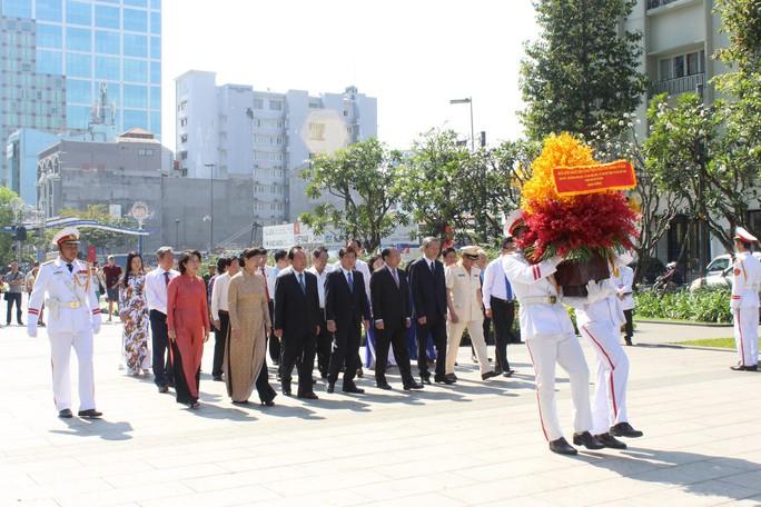 Lãnh đạo TP HCM dâng hương Chủ tịch Hồ Chí Minh - Ảnh 1.