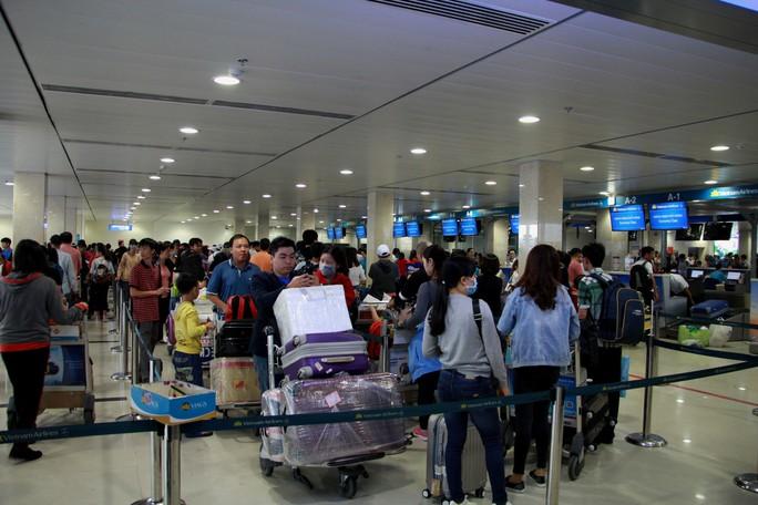 """Khách qua sân bay Tân Sơn Nhất đạt """"kỷ lục"""" trong dịp Tết Mậu Tuất 2018 - Ảnh 1."""