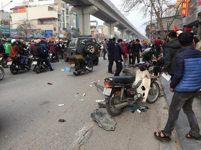 Xe Camry tông hàng loạt phương tiện giao thông khiến nhiều người bị thương - Ảnh 2.