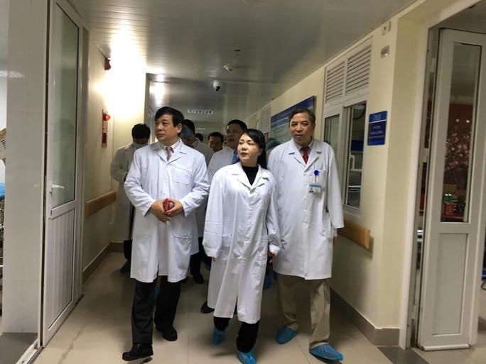 Bộ trưởng Nguyễn Thị Kim Tiến thăm nữ bác sĩ bị ung thư trong đêm giao thừa - Ảnh 9.