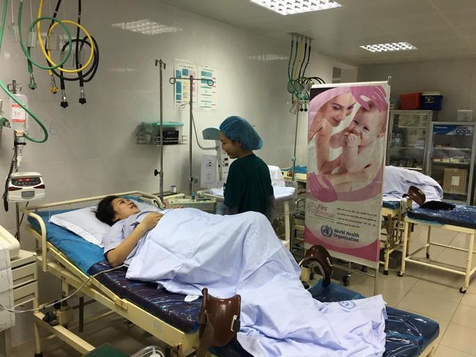 Bộ trưởng Nguyễn Thị Kim Tiến thăm nữ bác sĩ bị ung thư trong đêm giao thừa - Ảnh 12.