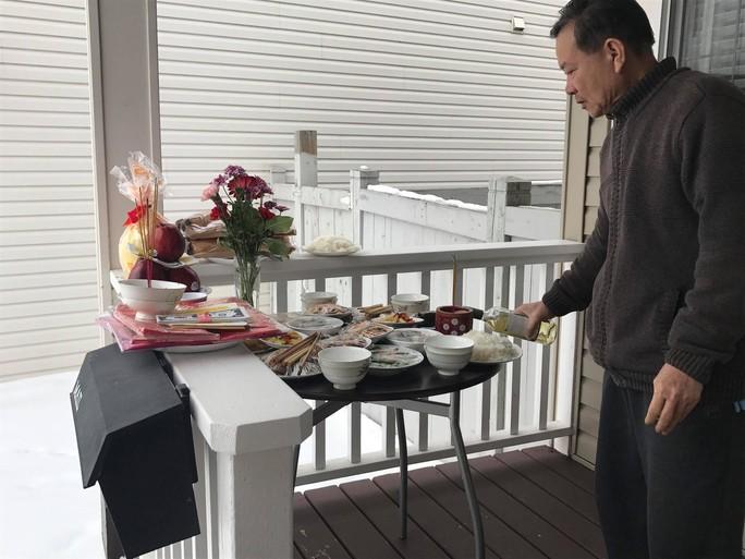 Người Việt ở Canada đổ xô đi mua lá chuối, cau trầu - Ảnh 1.