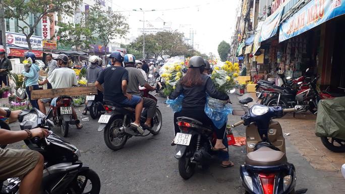 Người bán hoa kiểng ở miền Tây thà chở về chứ không bán rẻ như cho - Ảnh 7.