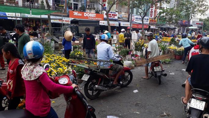 Người bán hoa kiểng ở miền Tây thà chở về chứ không bán rẻ như cho - Ảnh 8.