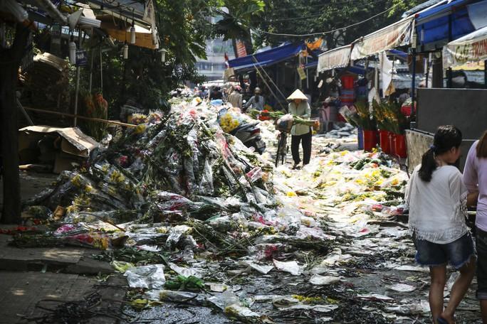 Hoa Tết dội chợ, chất như núi ở chợ hoa sỉ Đầm Sen, TP HCM - Ảnh 10.