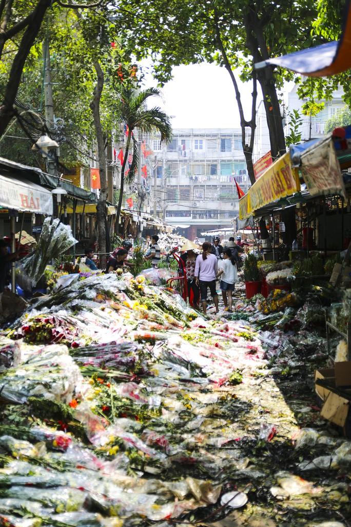 Hoa Tết dội chợ, chất như núi ở chợ hoa sỉ Đầm Sen, TP HCM - Ảnh 2.