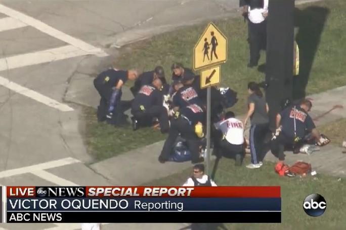 Mỹ: Xả súng trong trường học, 17 người chết - Ảnh 4.