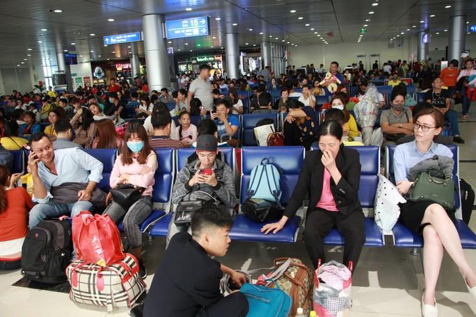 Bộ trưởng Bộ GTVT đến sân bay Tân Sơn Nhất tối 30 Tết - Ảnh 1.
