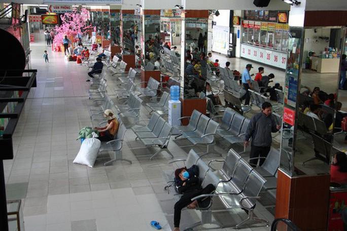 30 tháng chạp: Bến xe vắng hoe, sân bay Tân Sơn Nhất vẫn đông nghẹt - Ảnh 1.