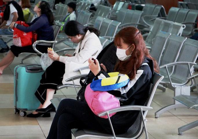 30 tháng chạp: Bến xe vắng hoe, sân bay Tân Sơn Nhất vẫn đông nghẹt - Ảnh 2.