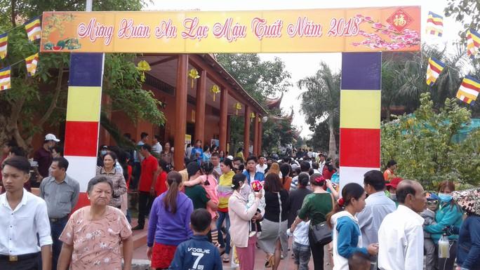 Mướt mồ hôi ở ngôi chùa lớn nhất miền Tây ngày mùng 1 Tết - Ảnh 3.
