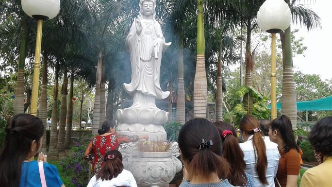 Mướt mồ hôi ở ngôi chùa lớn nhất miền Tây ngày mùng 1 Tết - Ảnh 9.