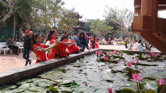 Mướt mồ hôi ở ngôi chùa lớn nhất miền Tây ngày mùng 1 Tết - Ảnh 19.