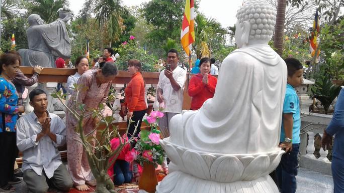 Mướt mồ hôi ở ngôi chùa lớn nhất miền Tây ngày mùng 1 Tết - Ảnh 13.