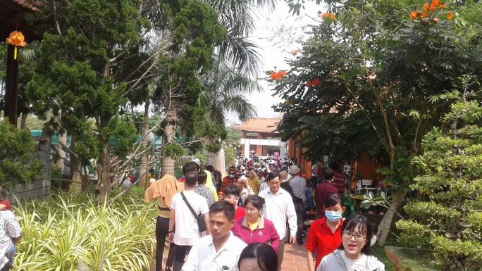 Mướt mồ hôi ở ngôi chùa lớn nhất miền Tây ngày mùng 1 Tết - Ảnh 2.