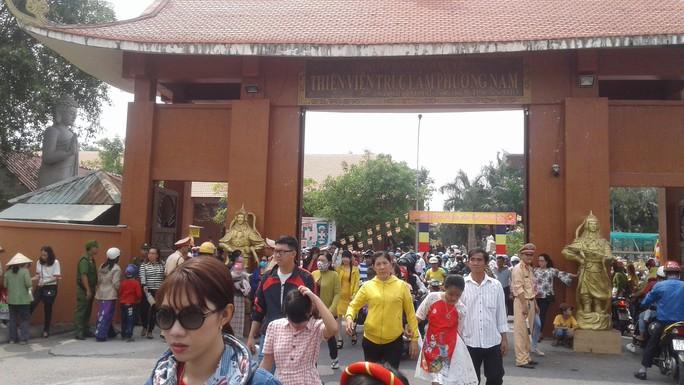 Mướt mồ hôi ở ngôi chùa lớn nhất miền Tây ngày mùng 1 Tết - Ảnh 1.