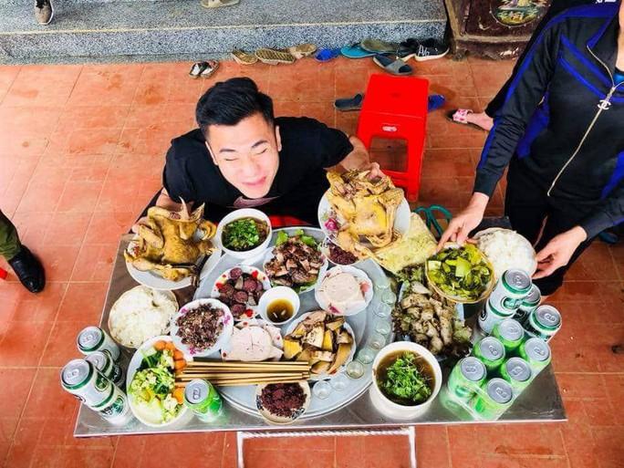 Bữa cơm ấm cúng đầu năm mới của gia đình Bùi Tiến Dũng - Ảnh 3.
