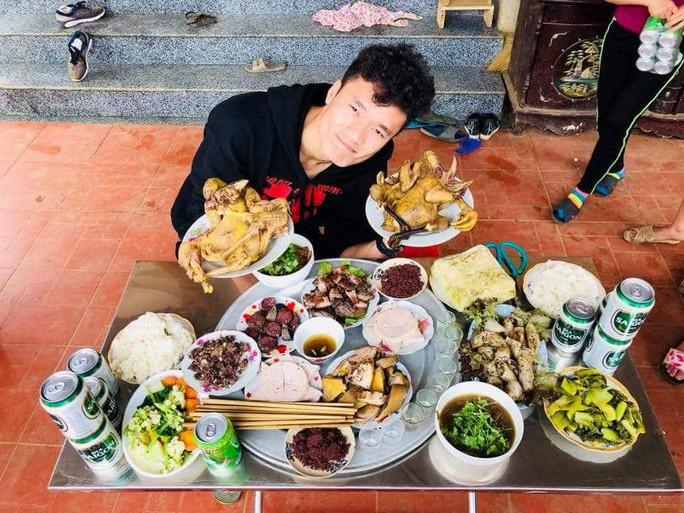 Bữa cơm ấm cúng đầu năm mới của gia đình Bùi Tiến Dũng - Ảnh 2.