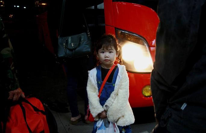 Giao thừa trên chuyến xe cuối cùng rời Bến xe Miền Đông - Ảnh 3.