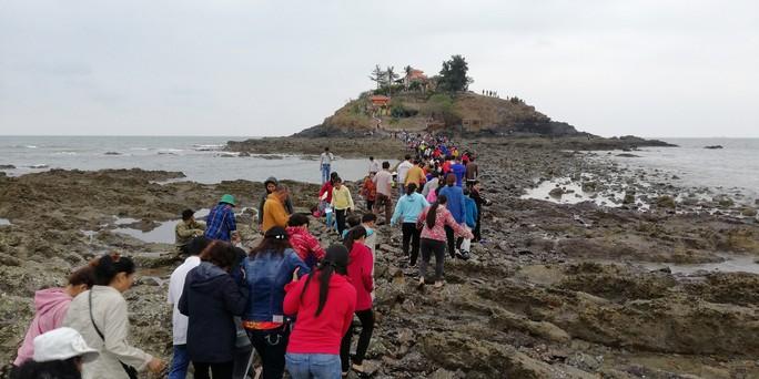 Clip: Con đường rẽ đôi biển viếng Miếu Hòn Bà đầu năm - Ảnh 4.